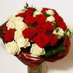Glamurozni-buket-od-35-crvenih-i-bijelih-ruza